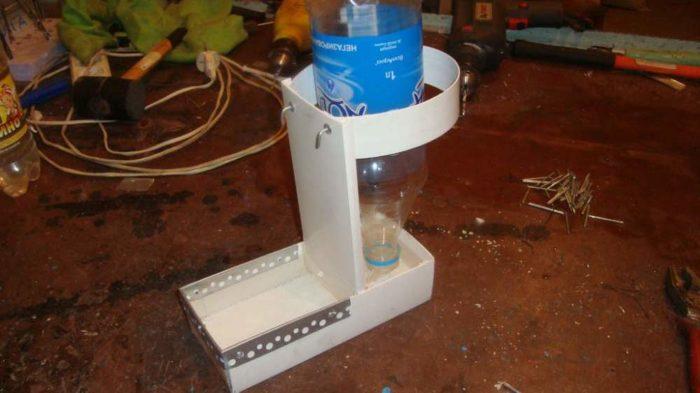 Как собирается поилка для перепелов из пластиковой бутылки?